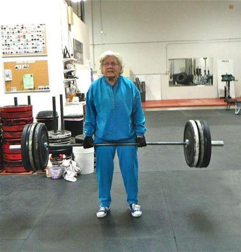 фотография бабушки со штангой