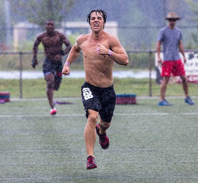 бег под дождем во время соревнований по кроссфиту