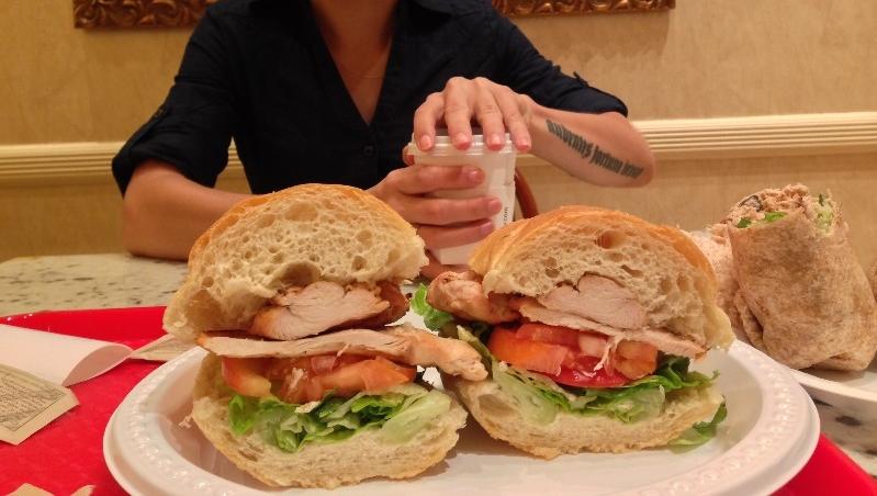 Сэндвич с куриной грудкой и овощами и ролл с тунцом, яйцом и огурцом, который мы купили за 6$ в маленьком кафе в отеле