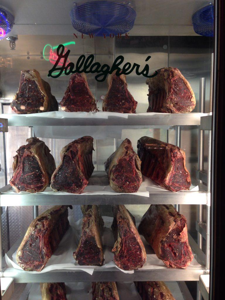 разные виды мяса не стенде в отеле New York-New York в Лас-Вегасе