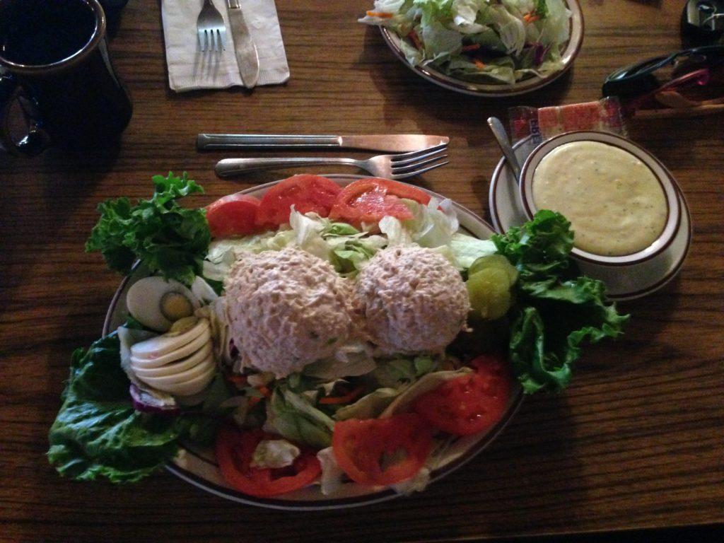 А это салат с тунцом за 6,5$ в кафе на трассе Лас-Вегас - Лос-Анджелес