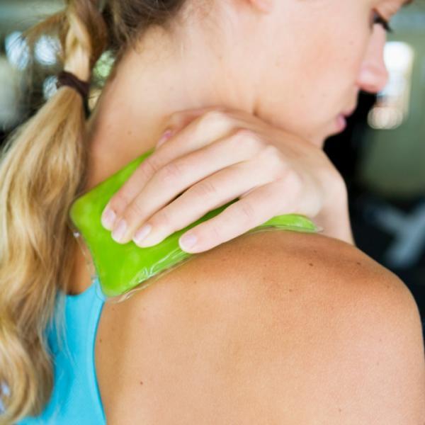 травма плеча у женщины