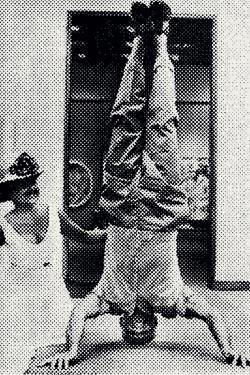 Ретушерам пришлось потрудиться, чтобы на этом фото Брэгг стоял на голове более-менее прямо