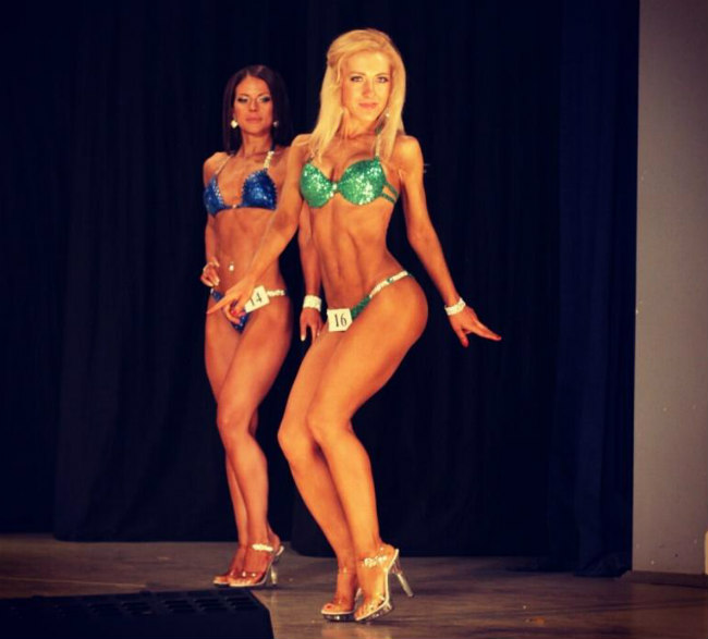 Александра Томилина на соревнованиях в номинации фитнес-бикини.