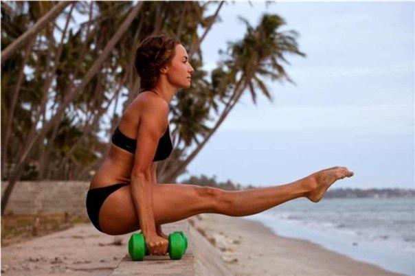 Девушка фитнес на пляже фото