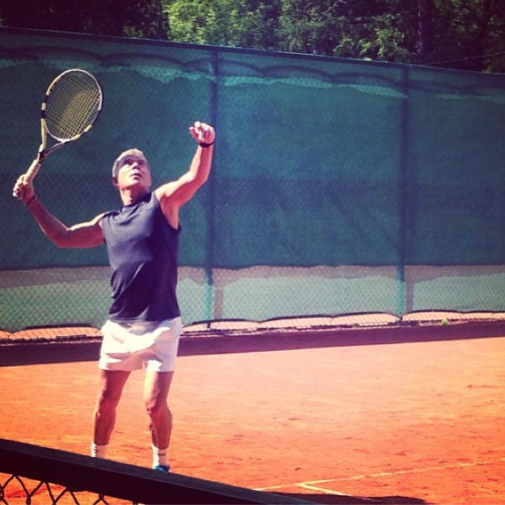 Олег Газманов играет в теннис