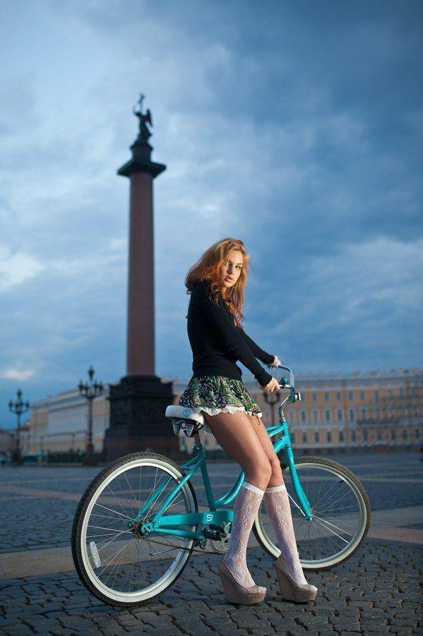фотография женщин на велосипеде