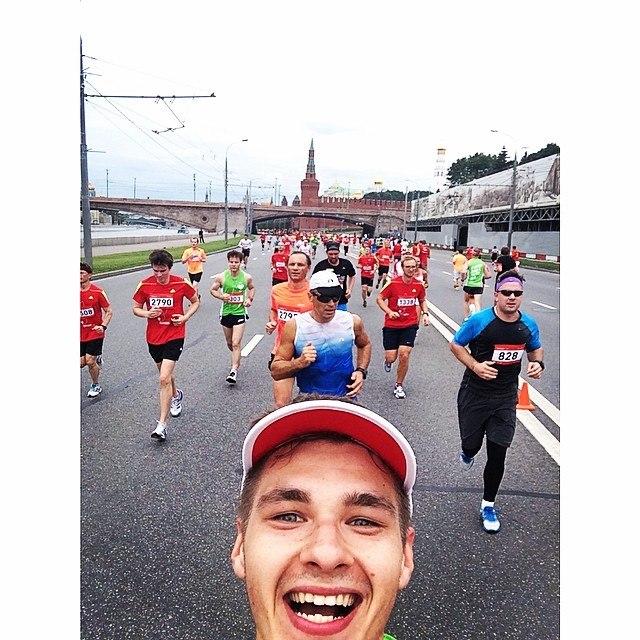 Аким бежит Московский полумарафон