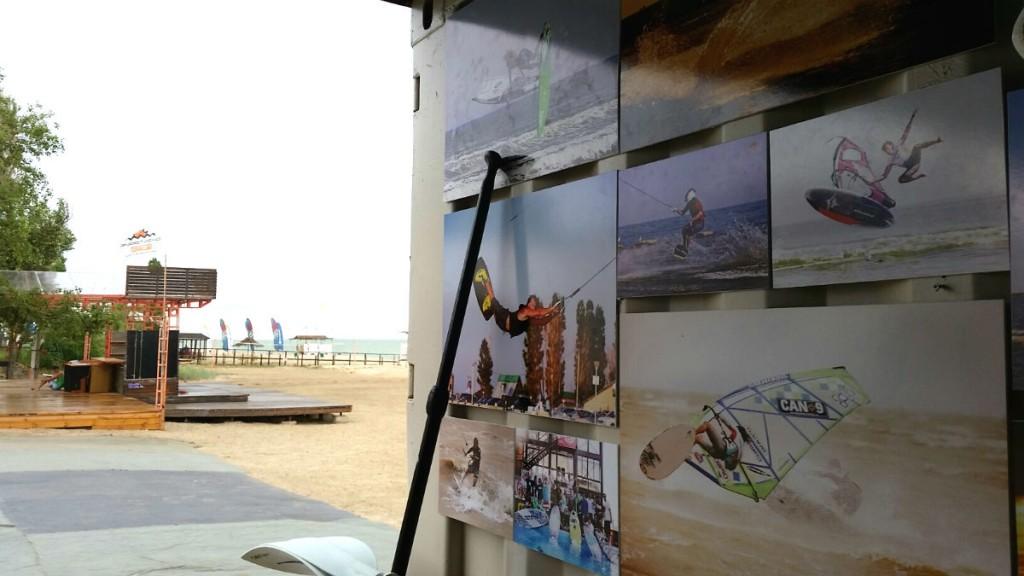 Фотографии с чемпионата мира по виндсерфингу, расклеенные по стенам серф-респешена на пляже.