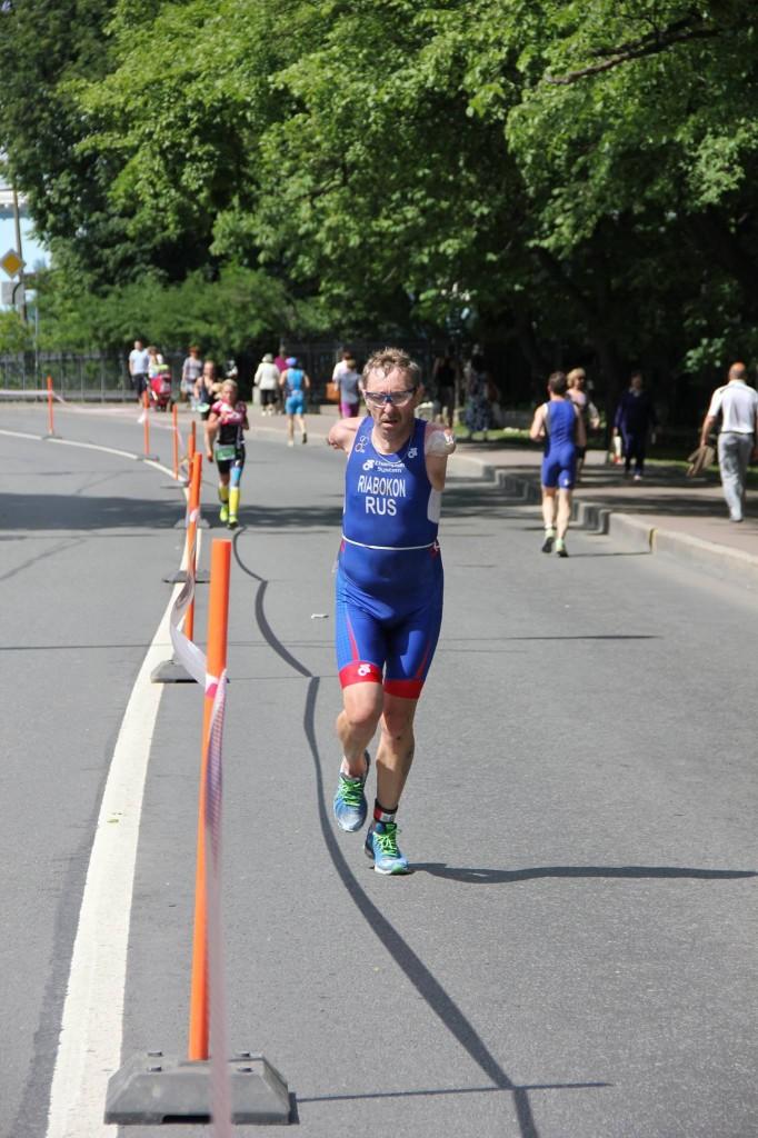 Триатлет без рук Владимир Рябоконь на дистанции