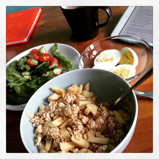 Ну, вот на фото почти весь завтрак. Да я фоткаю еду!