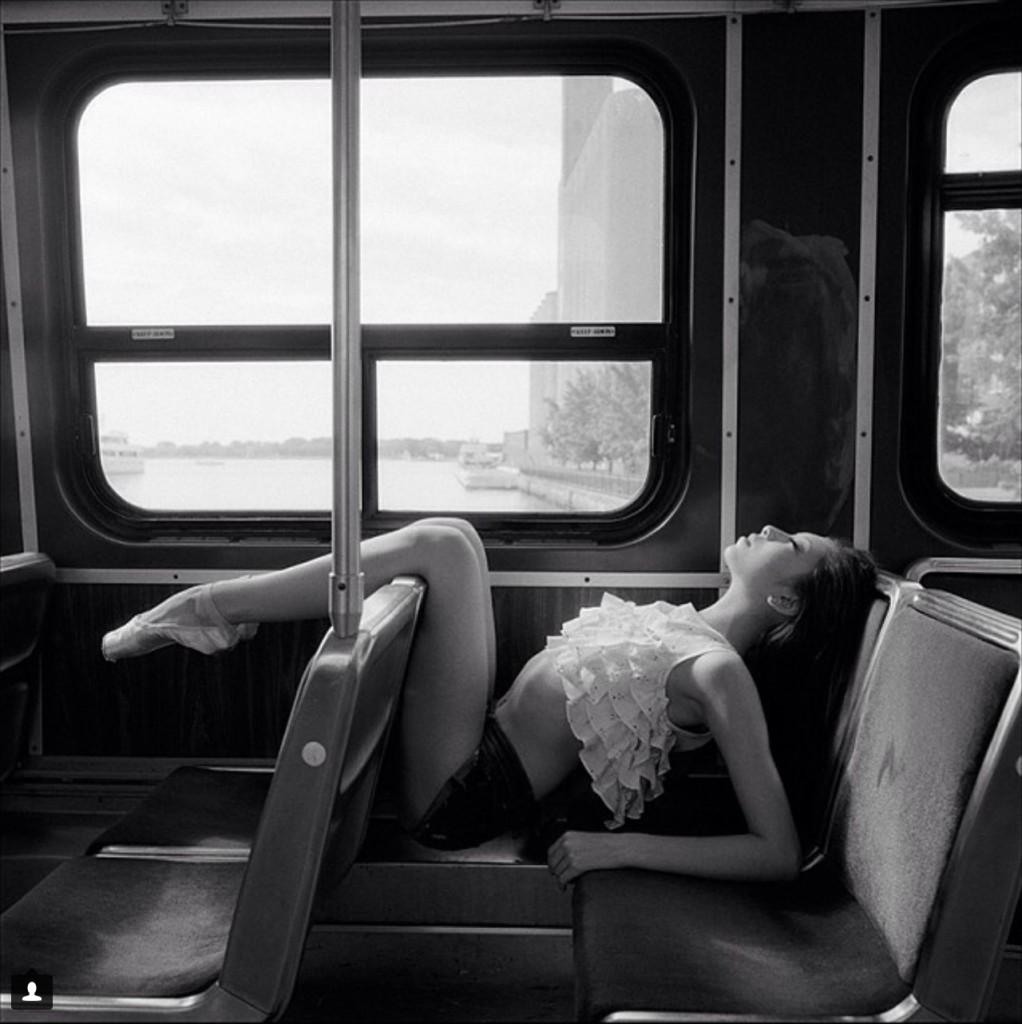 Alys Shee из Birmingham Royal Ballet в общественном транспорте ее родного города - Торонто.