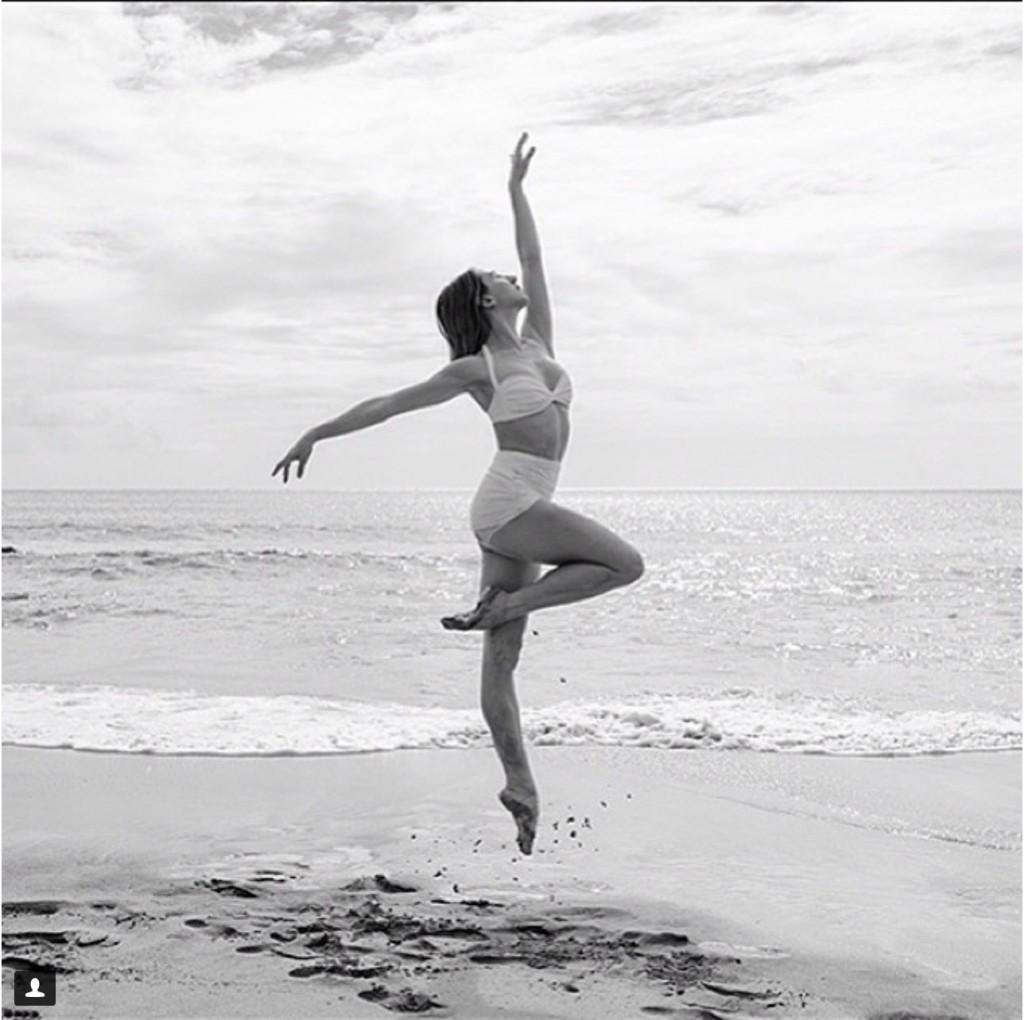 Солистка American Ballet Theatre балерина Isabella Boylston на пляже на Гавайях.