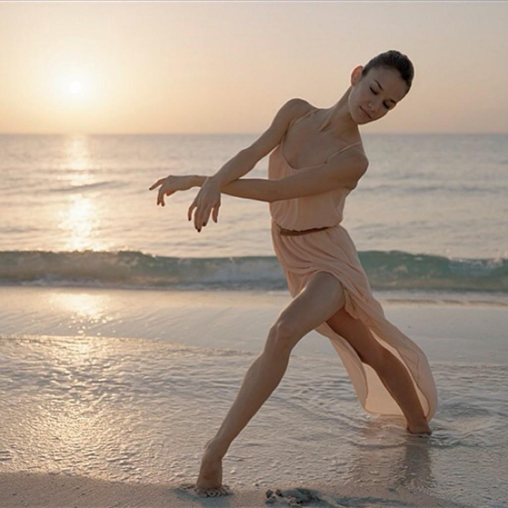 Балерина Helen Ruiz из Miami City Ballet на пляже во время восхода солнца.