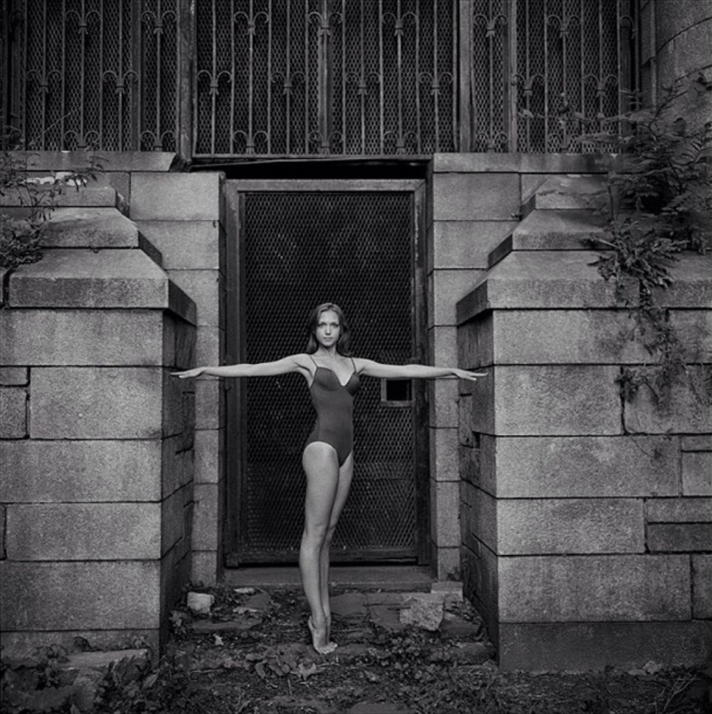 Katie Williams из American Ballet Theatre позирует на фоне видов Нью-Йорка.