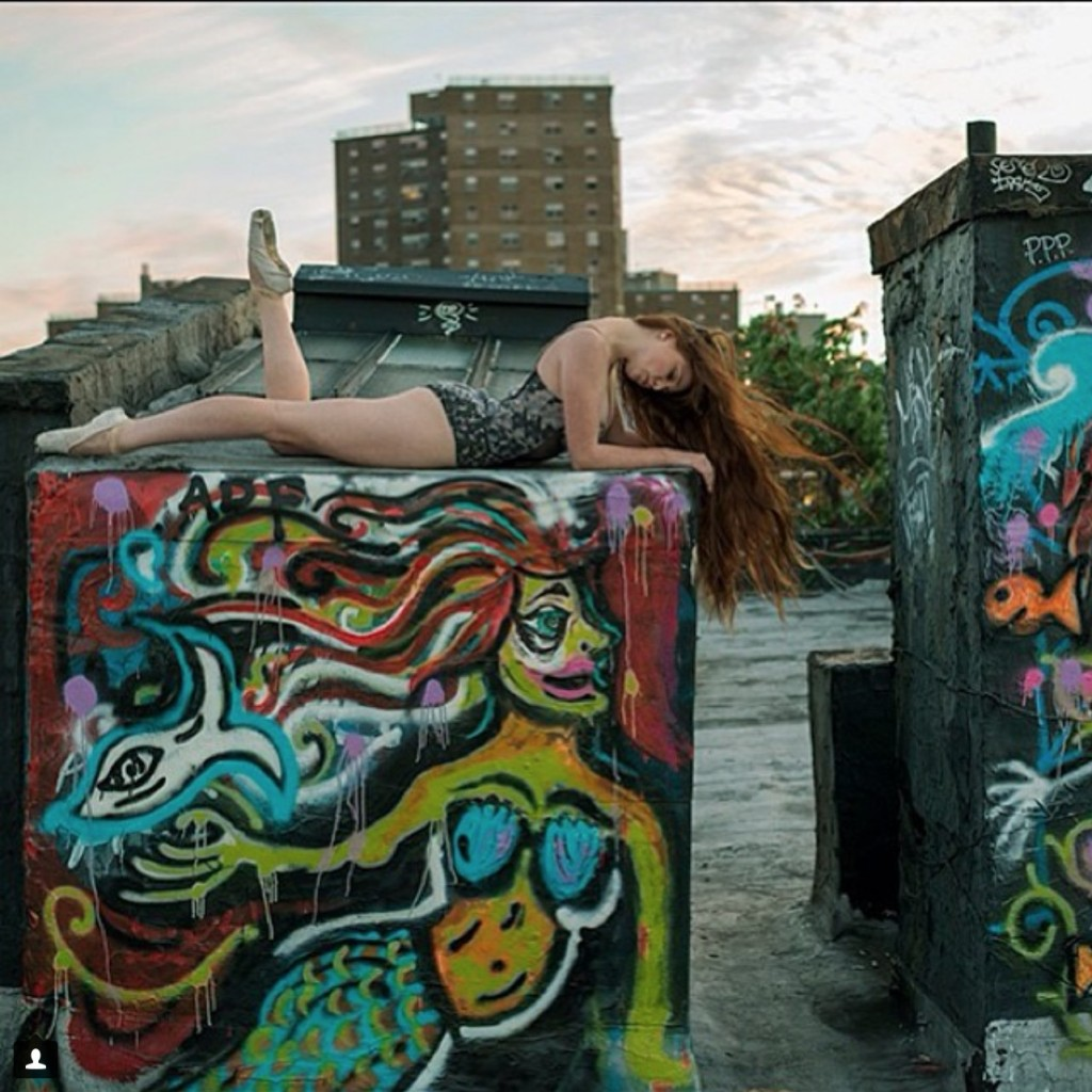 Балерина Emma Victoria Dewing позирует в East Village в Нью-Йорке.