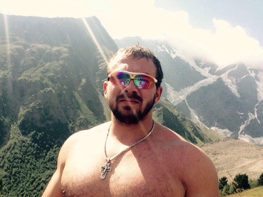 """Вчера поднялся на высоту на Эльбрус для аклиматизации без штанги ( но с тяжелым рюкзачком) на высоту 4100 до ,, приюта 11"""" чувствую себя хорошо ! Сегодня поднимаюсь на гору Чегет ( противоположная гора )на высоту 3100!"""