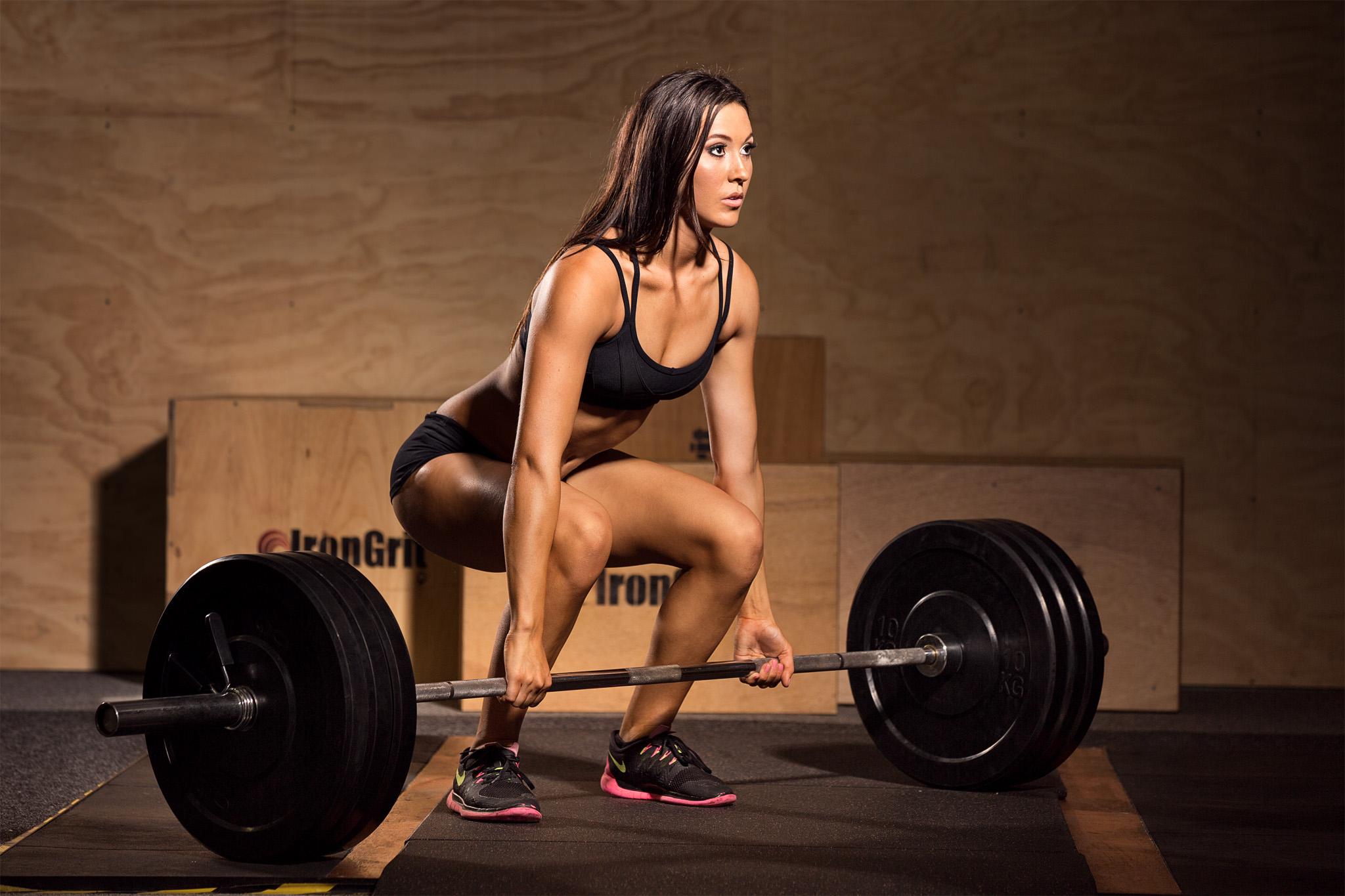 deadlift-fitness-girl-in-gym