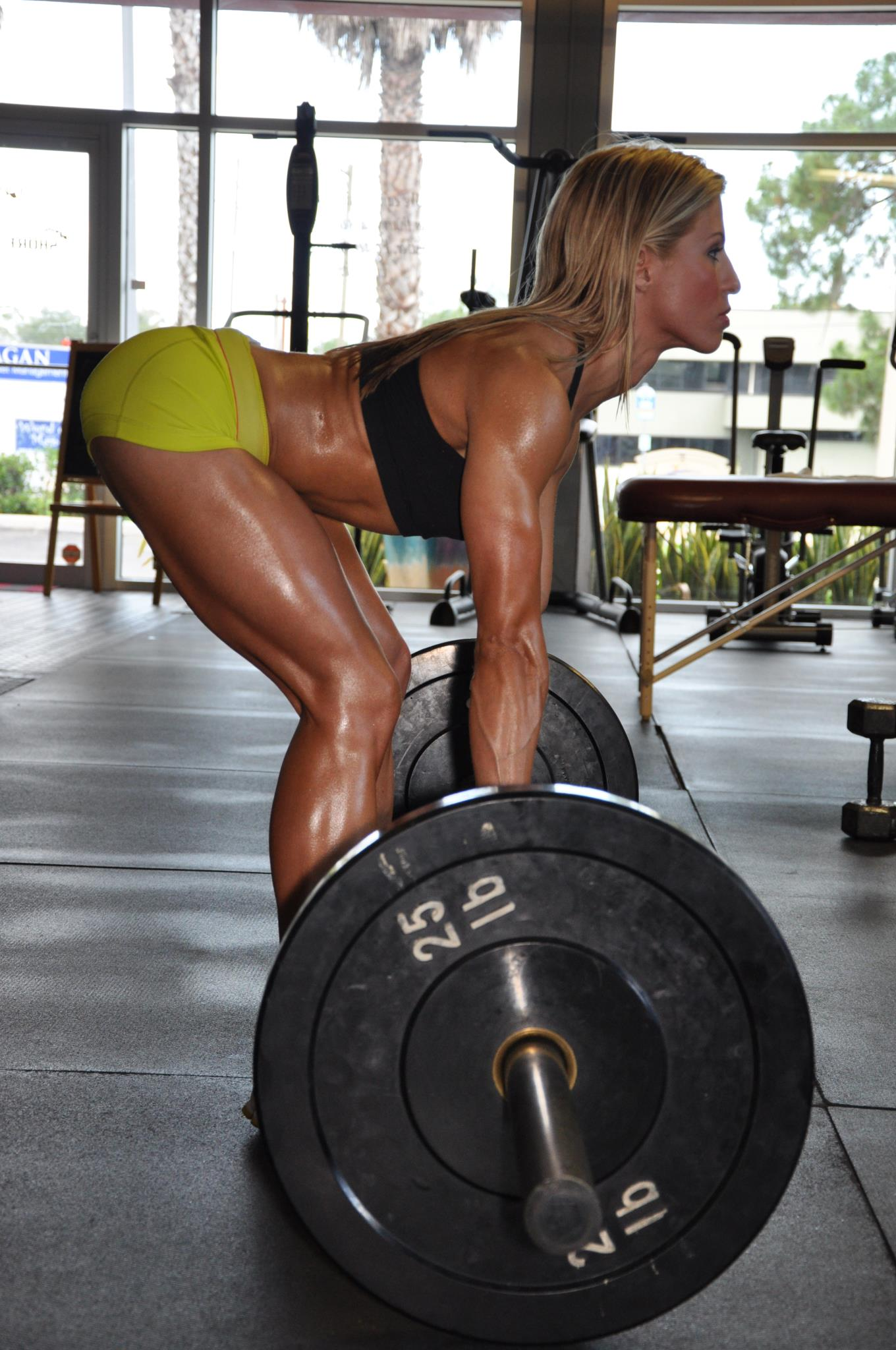 sexy-girl-deadlifting-in-the-gym
