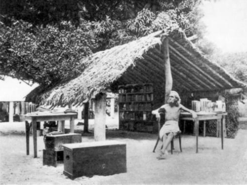 На фото: немецкий нудист Август Энгельхардт сидит возле своей соломенной хижины на острове Кабакон в Папуа – Новой Гвинее с книгами, которые он привёз с собой из Германии.