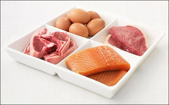 Не обязательно распределять белки равномерно - просто съедайте их достаточно в день и без фанатизма с весами и часами.