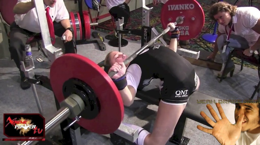 Прогиб на соревнованиях по пауэрлифтингу. Обычно девушки боле гибкие и выдают подобные чудеса, формально оставаясь в рамках правил.