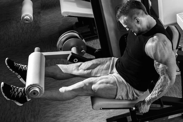 разгибания ног, мужчина,  черно-белое фото