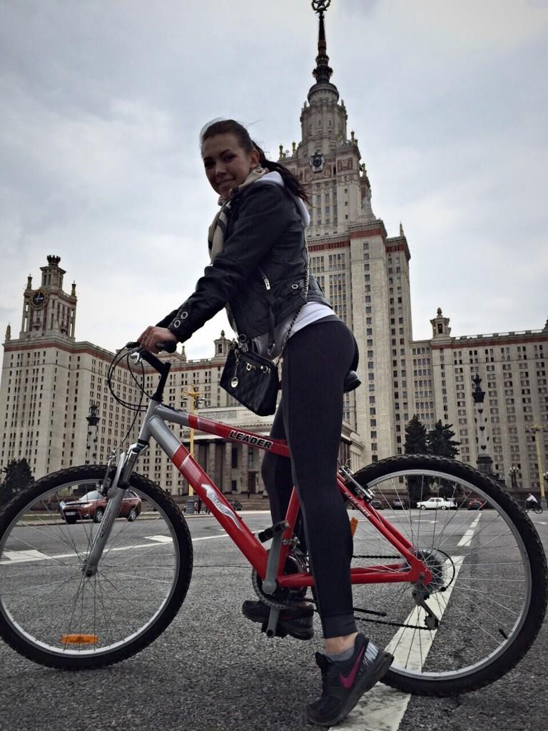 Екатерина Жбанова на велосипеде