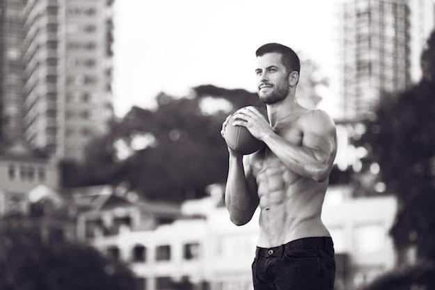 мужчина,  черно-белое фото, с мячом для американского футбола