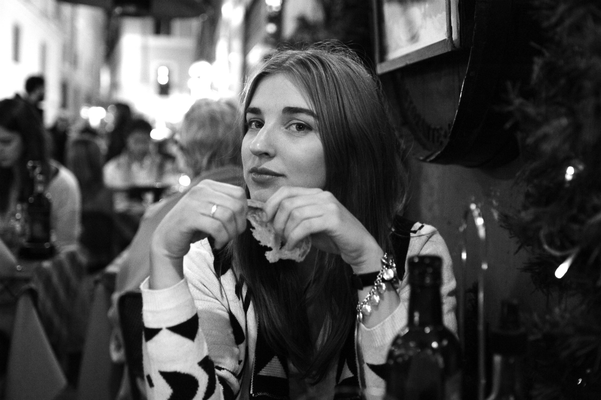 девушка, кафе, черно-белое фото