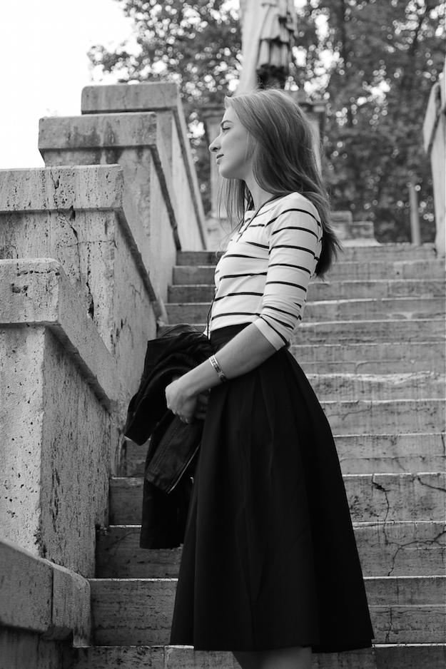 девушка зож, лестница, полосатый свитер