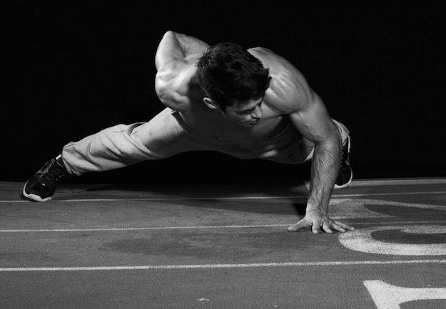мужчина,  черно-белое фото, отжимания на одной руке