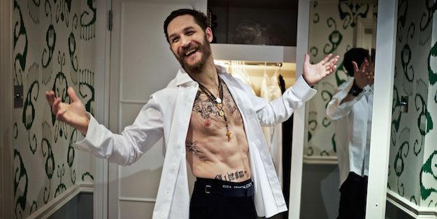 том харди, белая рубашка, борода и татуировки