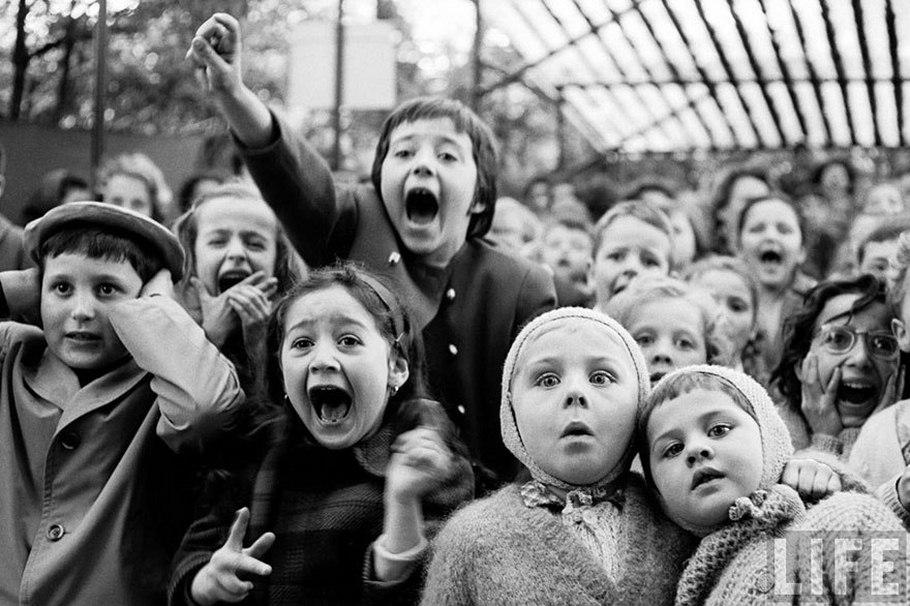 Дети смотрят, как убивают дракона в кукольном театре, 1963 год, Париж