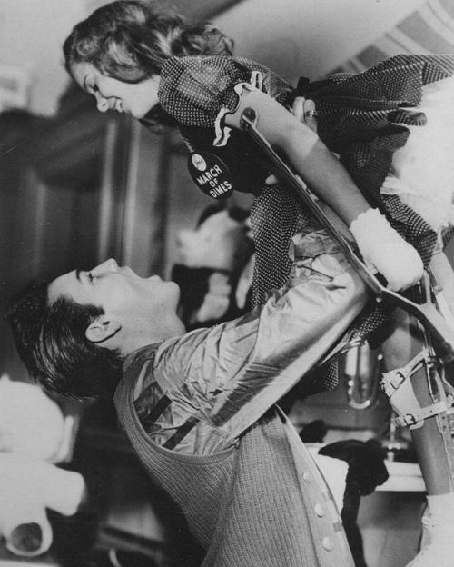 Элвис и девушка, страдающая полиомиелитом, 1958 год, США