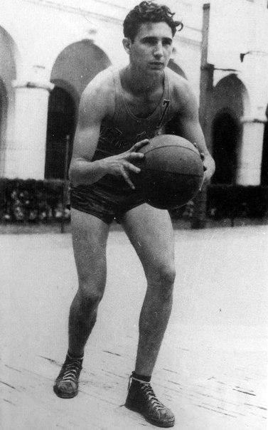 113 Фидель Кастро играет в баскетбол, 1943 год, Гавана
