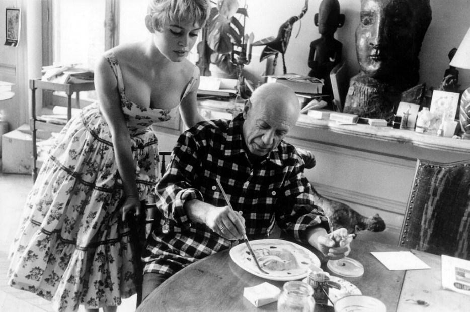 Бриджит Бардо в гостях у Пабло Пикассо в его студии под Каннами 1956