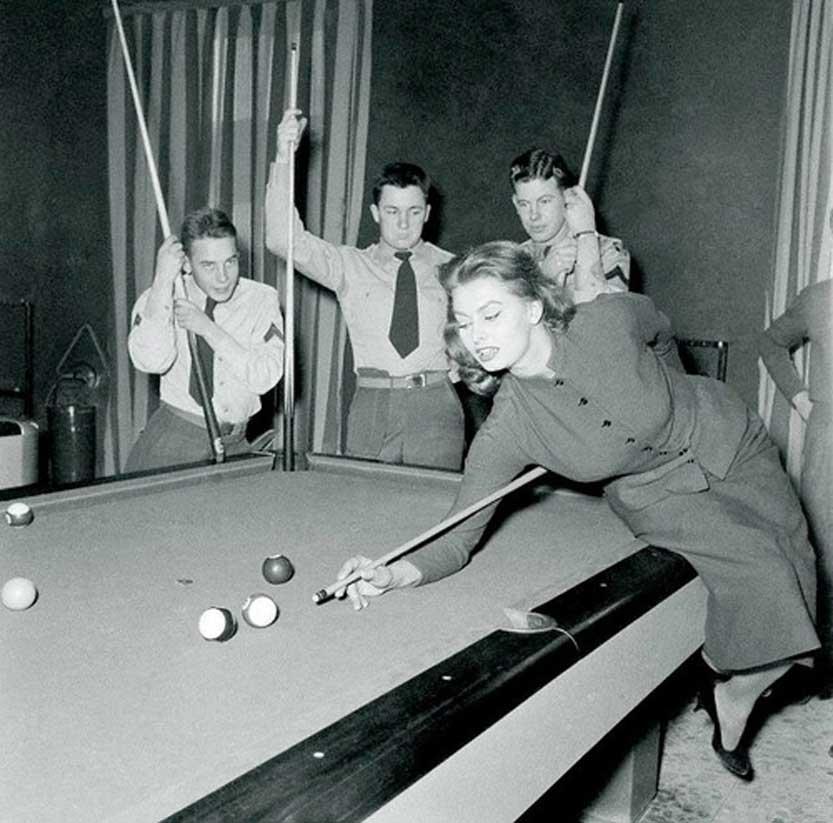 Софи Лорен демонстрирует американским солдатам свое мастерство игры в бильярд, 1954 год, Ливорно