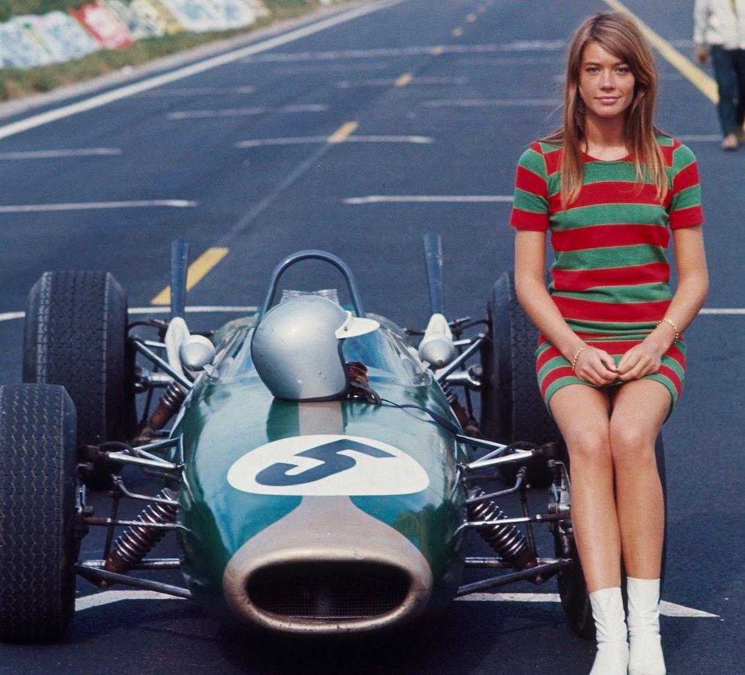 Франсуаза Арди верхом на болиде Формулы 1. 1966г.