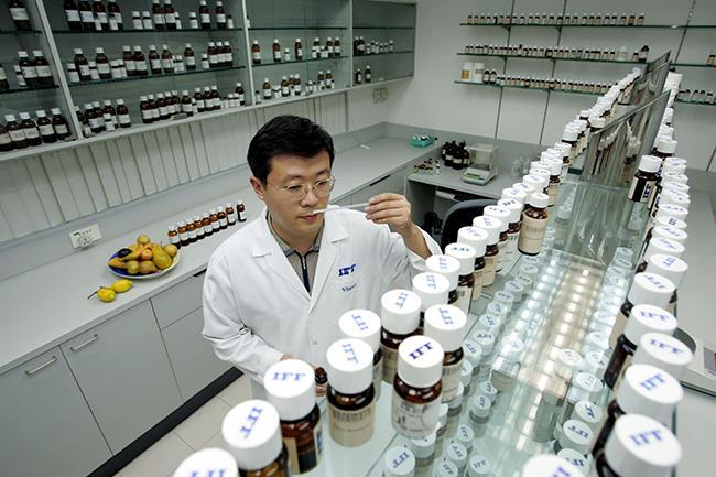 Сотрудник изучает запахи в лаборатории в Шанхае, 3 июля 2004 года Фото: Imaginechina / Corbis / Vida Press