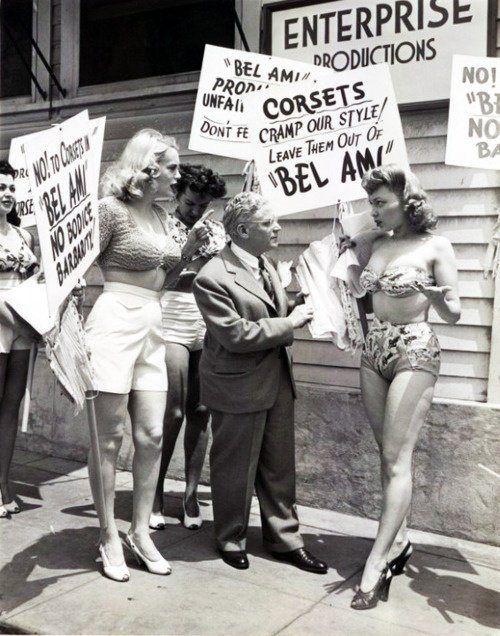 Актрисы протестуют против использования корсетов в спектаклях. 1946 год. Бродвей. Нью–Йорк. США.