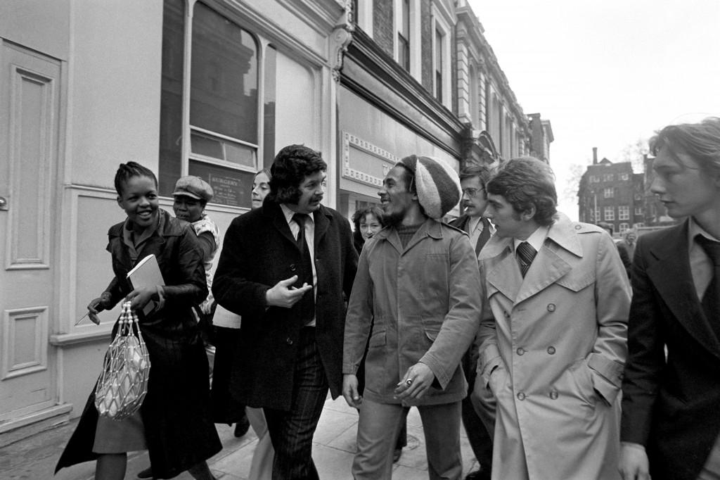 Боб Марли, обвиняемый в хранении марихуаны, по пути в суд, 1977 год, Лондон