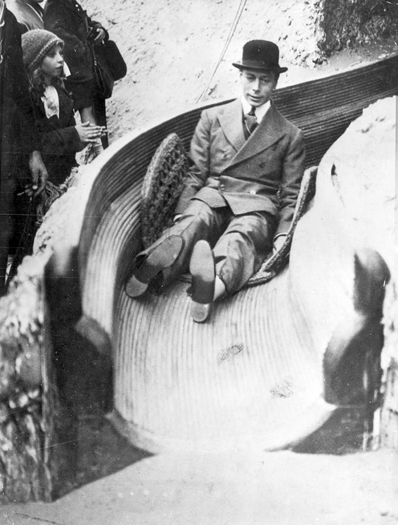 Герцог Йоркский, будущий король Георг VI, катается с горки, 1925 год, Уэмбли, Лондон
