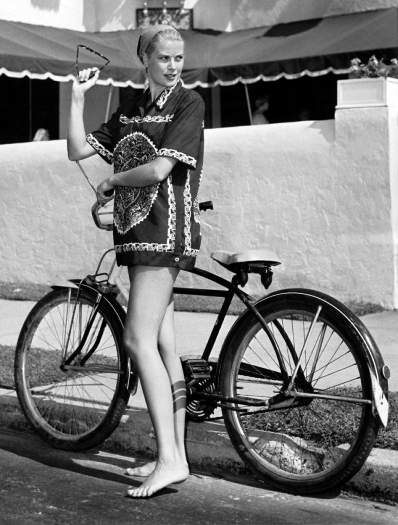 Грэйс Келли, велосипедная прогулка в Kelly Family Vacation Hous, 1954 г.