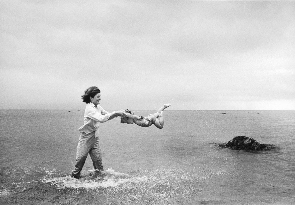 Жаклин Кеннеди играет со своей дочерью Кэролайн, 1959 год, Массачусетс