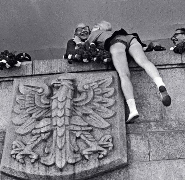 Первый секретарь ЦК Польской объединённой рабочей партии В Гомулка получает поцелуй от поклонницы, 1966 год, Варшава