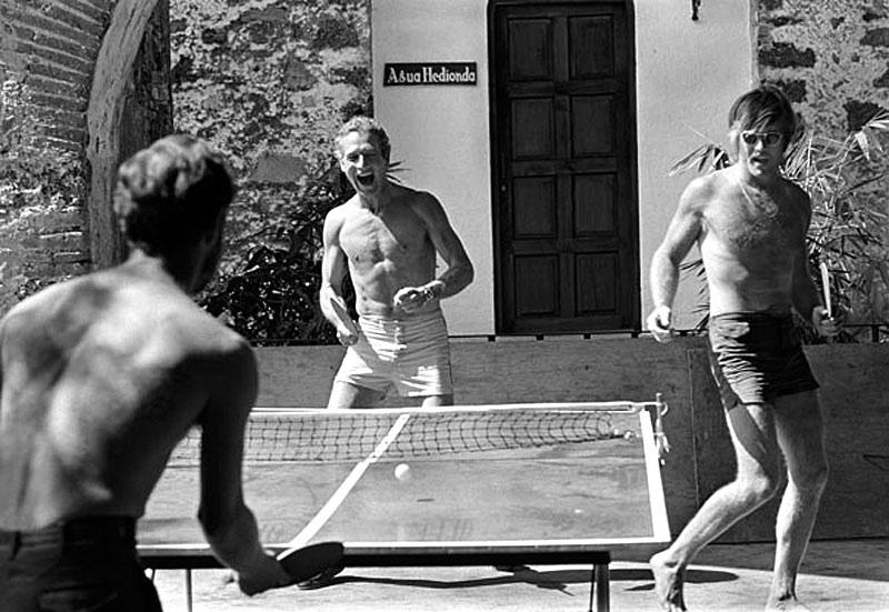 Пол Ньюман и Роберт Редфорд играют в пинг–понг, в перерыве съемок фильма «Буч Кэссиди и Сандэнс Кид», Мехико, 1968