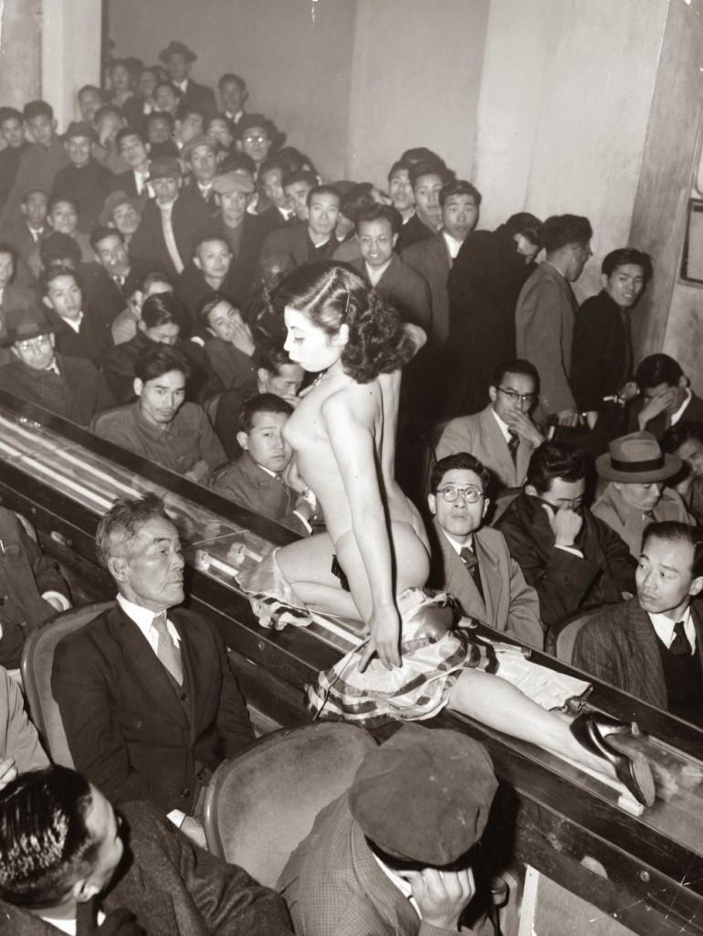 Стриптизерша на движущейся ленте перед зрителями, Япония, Токио, 1957
