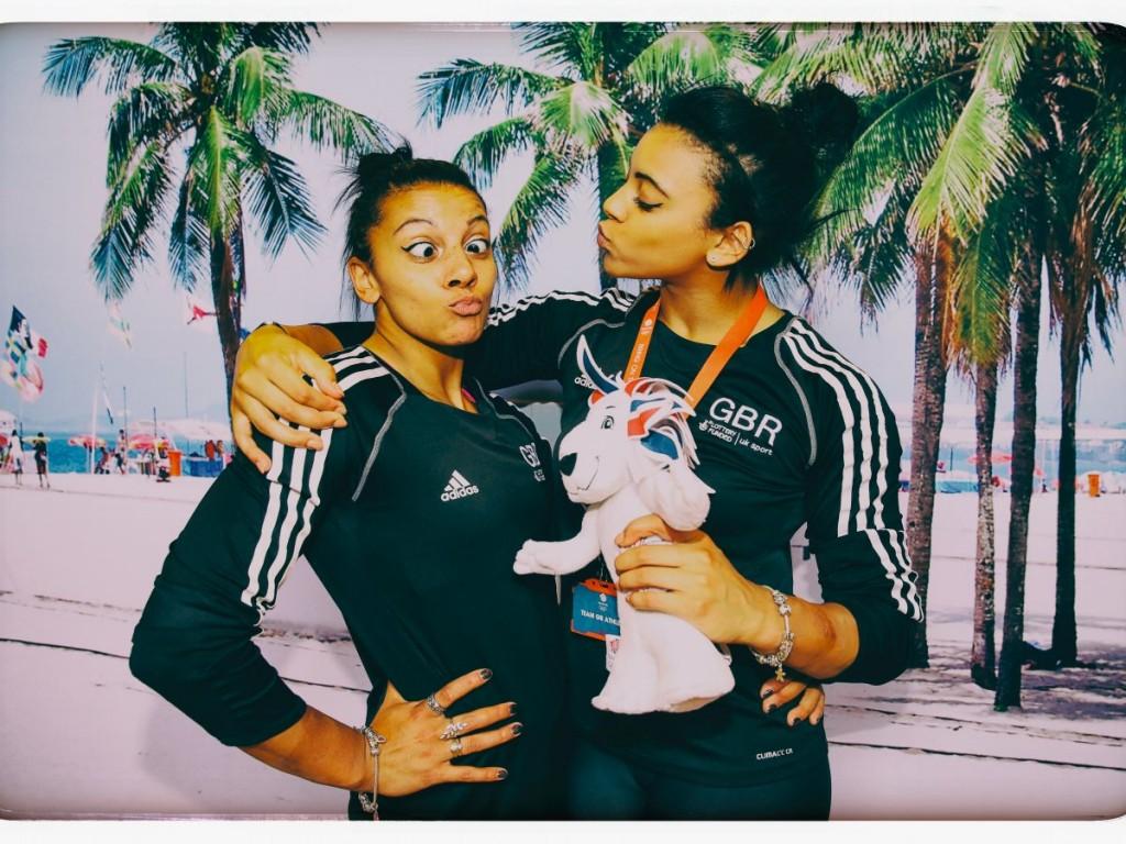 Беки Дауни (слева) и ее младшая сестра Элли - гимнастки.