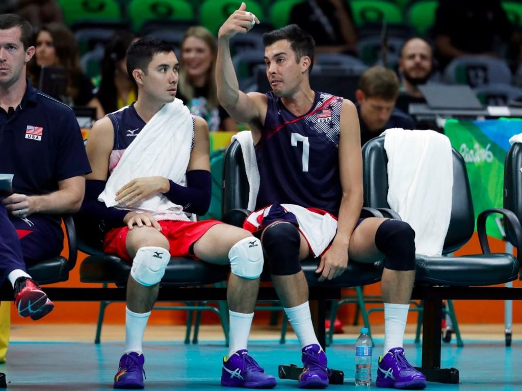 Гавайцы Эрик Шоджи (слева) и его брат Кавика Шоджи на своем дебюте за волейбольную сборную в Рио.